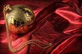 赤い背景の金のつまらないもの — ストック写真