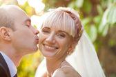Groom kisses the bride — Stockfoto