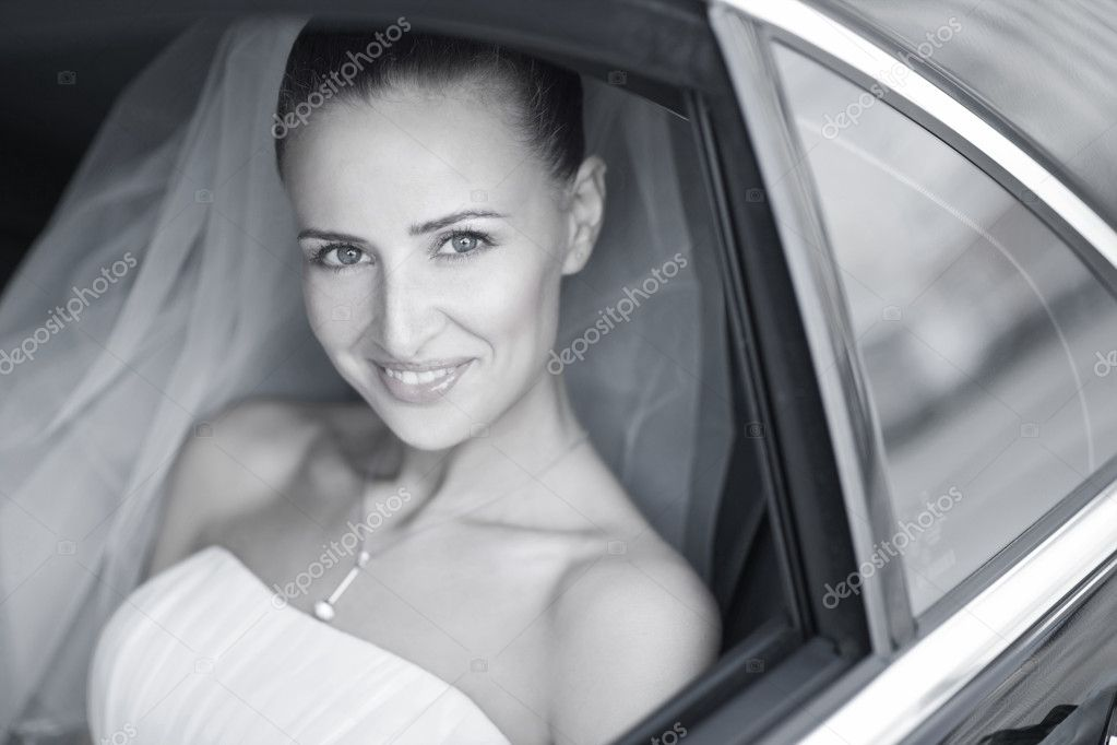 Attractive caucasian bride in car smile to the camera — Stock Photo #4736240