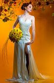 Krásná rusovláska nevěsta s kyticí — Stock fotografie
