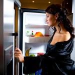 młoda kobieta szuka czegoś do jedzenia — Zdjęcie stockowe