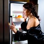Kobieta szuka czegoś do jedzenia wewnątrz lodówki — Zdjęcie stockowe