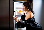 žena hledá něco k jídlu uvnitř lednice — Stock fotografie