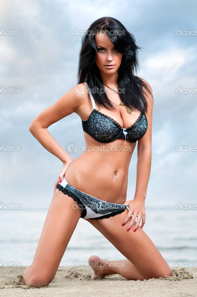 Sexy young woman relaxing on the beach  — Stock Photo #5126566