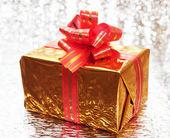 Geschenk in hellem Hintergrund — Stockfoto