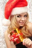 Blondýna v vyhovovat santa claus — Stock fotografie