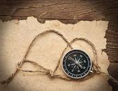 Kompass, rep och gamla papper på gränsen trä bakgrund — Stockfoto