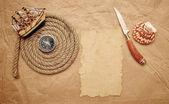 Décoration d'aventure avec boussole sur vieux papier — Photo