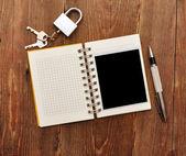 Cuaderno con foto antigua y cerradura con llave — Foto de Stock