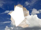 蓝蓝的天空上的洞 — 图库照片