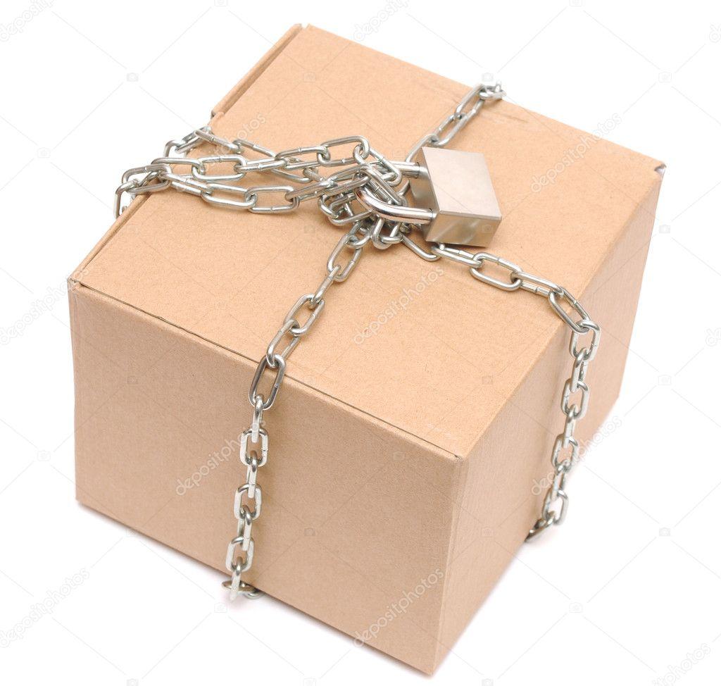 bo te en carton ferm avec une cha ne et un cadenas photographie inxti74 5221180. Black Bedroom Furniture Sets. Home Design Ideas