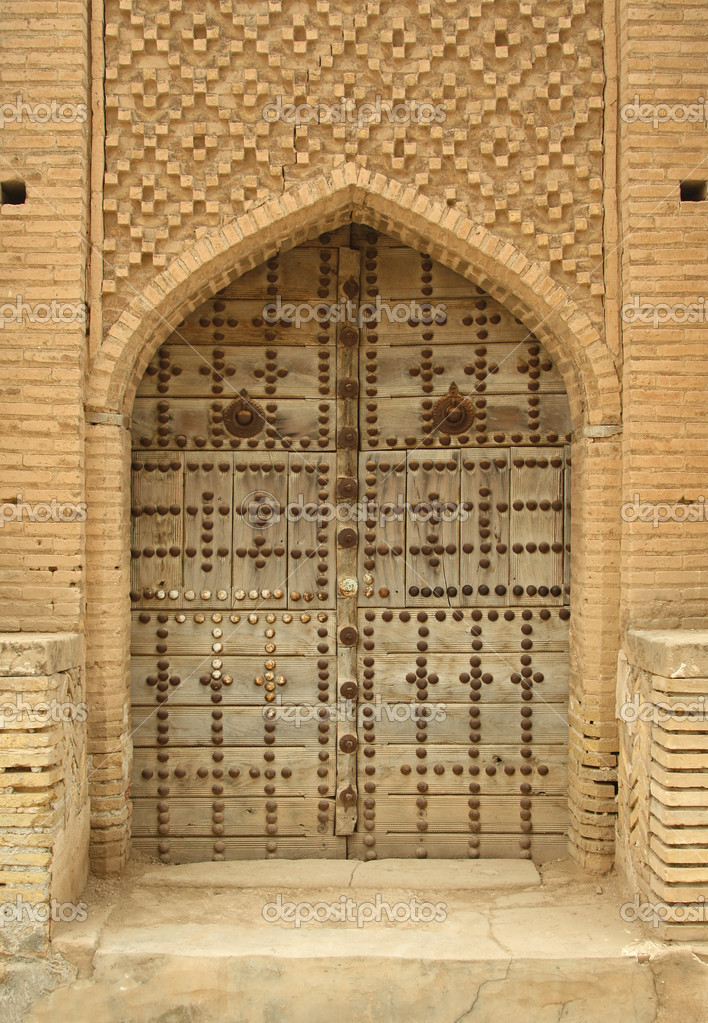 An old wooden doorway in an Iranian village. — Stock Photo #5152182