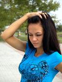 красивая женщина думает, что отражает — Стоковое фото