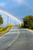 Blick auf den regenbogen über der straße — Stockfoto