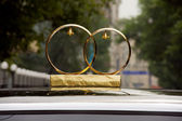 Wedding rings on the roof of the car — Stock Photo