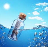 şişeyle yardım mesajı. — Stok fotoğraf