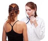 врач осматривает пациента. изолированные на белом. — Стоковое фото