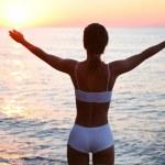 hermosa morena está feliz en la playa — Foto de Stock