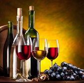 şarap şişeleri ile natürmort — Stok fotoğraf