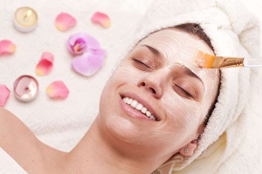Applying of soothing mask, young woman getting spa procedures. — Stock Photo #5006234