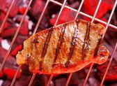 Sıcak biftek ızgara üzerinde — Stok fotoğraf
