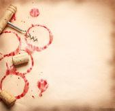 Vin cirklar från flaskan på gamla papper — Stockfoto
