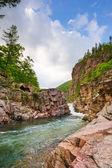 Turbulente berg rivier in de zomer — Stockfoto