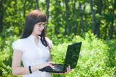 Hermosa chica en el bosque — Foto de Stock