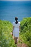 Chica va al mar — Foto de Stock