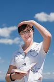 Chica de negocios con el cuaderno en el horizonte — Foto de Stock