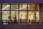 Ragazza nella finestra — Foto Stock