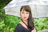 Bella ragazza bruna sotto l'ombrello — Foto Stock