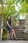 Vacker ung sexig tjej på trappan i parken — Stockfoto