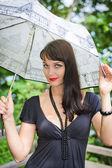 年轻性感的女孩,在伞下 — 图库照片
