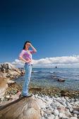 Krásná mladá brunetka na pláži — Stock fotografie