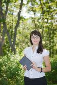 Fille dans les bois avec un livre — Photo