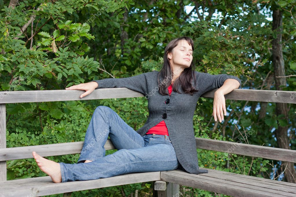 Beautiful young slender girl is resting on a park bench. — Stock Photo #4605709