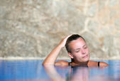Young woman cools off in pool — Stock Photo