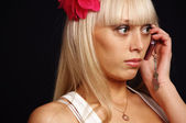 A beautiful girl speaks on the telephone — Stock Photo