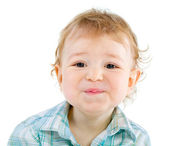 émotion heureux mignon petit garçon sur blanc — Photo