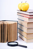 Books and apples — Stock Photo