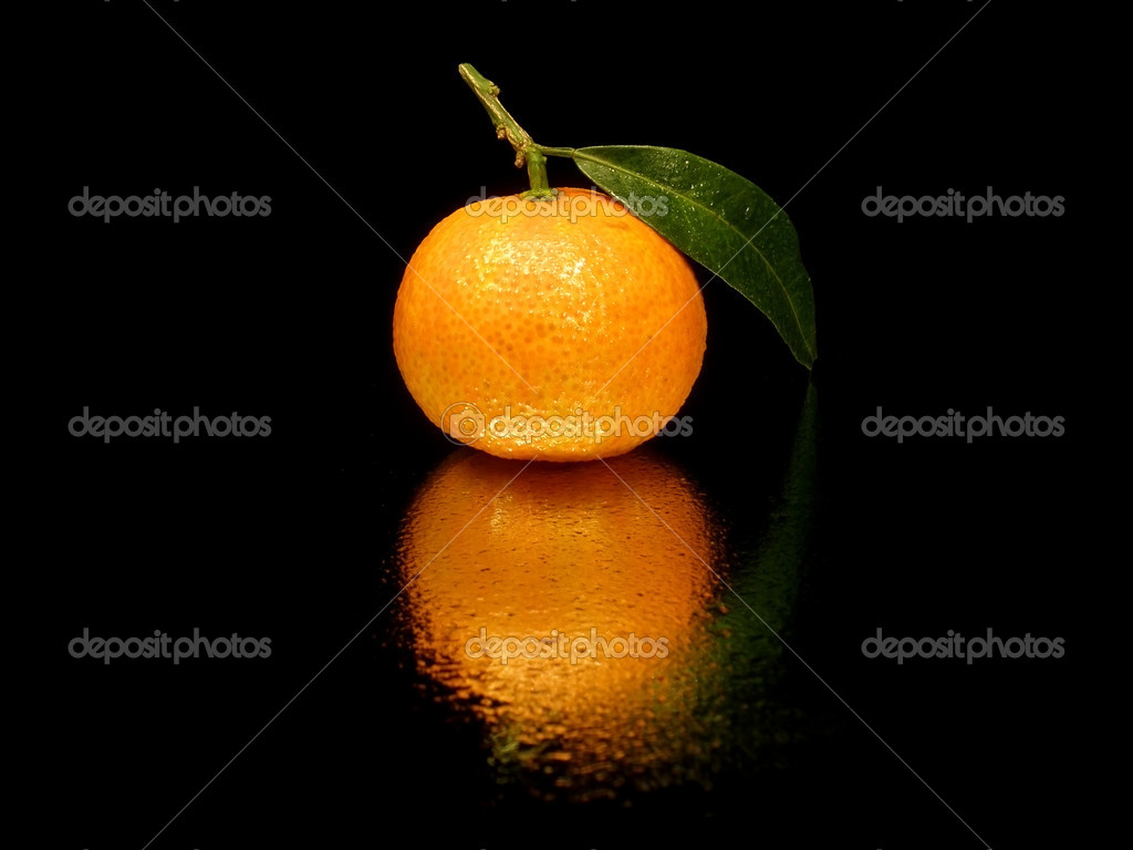Tangerine with leaves on the black background with water drops   — Stock Photo #4326685