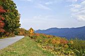 Zarejestruj się na górskich drogach — Zdjęcie stockowe