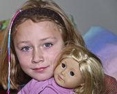 Niña con su muñeca — Foto de Stock