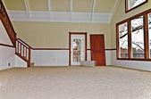 Pusty pokój z nowy dywan — Zdjęcie stockowe