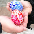 Easter eggs in man's and female hands — 图库照片