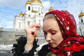 The girl the Christian is christened against a temple in Moscow — Stockfoto