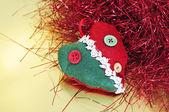 Um enfeite de Natal e enfeites vermelho sobre um fundo dourado — Fotografia Stock