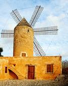 Typické větrný mlýn v mallorca, baleárské ostrovy, španělsko — Stock fotografie