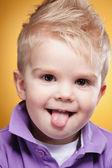 Lengua mostrar feliz chico lindo — Foto de Stock